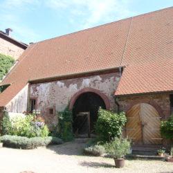 Schleppdach auf einer historischen Scheune